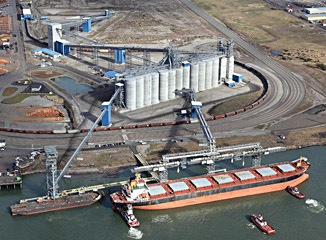 ITOCHU's Export Grain Terminal (EGT pictured here) supplies grains and oilseeds to users in the Asian markets, including Japan and China. This terminal possesses the largest unloading and shipping capacity with the rail loop track system and a state-of–the-art loading facility.